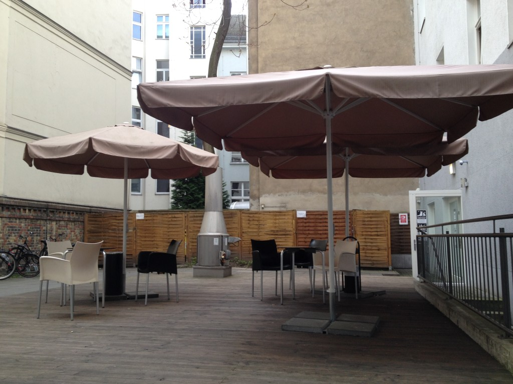 Outdoor chill out space, Meininger Hotels Mitte Berlin