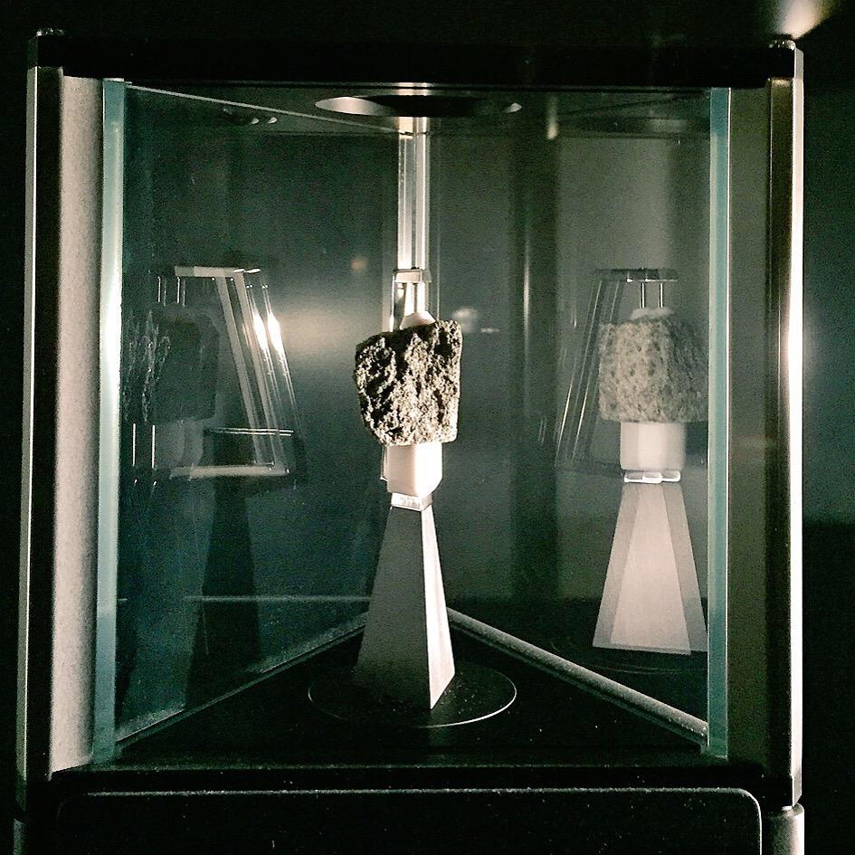 Nằm ngoài thế giới này. Mặt trăng đá trong phần 'Exploring Space' của Bảo tàng Khoa học. Mảnh đá Mặt trăng này đã được cắt từ tảng đá Great Scott để phi hành gia Apollon 15 David Scott nhặt được từ mặt trăng vào tháng 8 năm 1971.  Một số trải nghiệm tuyệt vời ở London IMG 8212